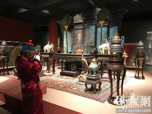 """一位华人在参观""""慈禧太后——颐和园文物精选展""""时,特地穿上了适时的衣服,表示对展览的极大支持。(美国《侨报》 章宁 摄)"""
