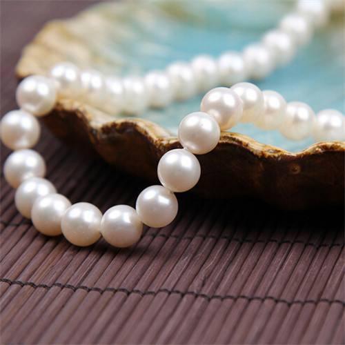 淡水珍珠(Freshwaterpearls):贝母为三角帆贝,直径仅只2-10毫米,几乎都在中国养殖。
