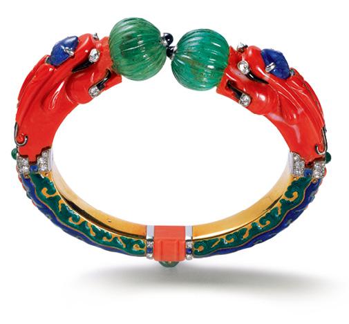 麒麟手镯,1928年,黄金、铂金、垫形钻石、圆形钻石、梨形钻石、长方形钻石、两个带凹槽的翡翠珠、一个雕刻的翡翠、若干面包型翡翠和圆形翡翠,两只树叶形雕刻蓝宝石、若干圆形蓝宝石和面包型蓝宝石、雕刻珊瑚、绿色、蓝色和黑色珐琅。