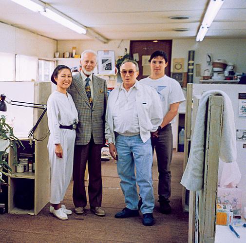 1987 年,E。 J。。古柏林(E。 J。 Gübelin)博士拜访了在田纳西州卡姆登的约翰。拉藤德烈斯(John Latendresse)及其家族。 照片从左到右依次为:谢茜。拉藤德烈斯、古柏林博士、约翰。拉藤德烈。