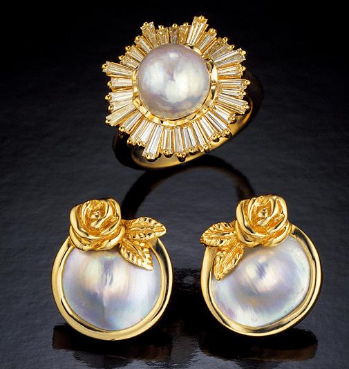 这对耳环上镶嵌着美国的养殖 Domé Pearl,这枚 14K 黄金戒指上镶嵌着一颗美国天然淡水珍珠。 摄影:蒂诺·哈密德(Tino Hammid)/GIA,照片由 拉藤德烈斯家族友情提供。