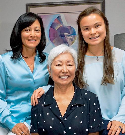 拉藤德烈斯家族是美国珍珠养殖业的代表,本次到访期间拍摄的拉藤德烈斯家族全家福,从左至右分别是:吉娜。拉藤德烈斯(Gina Latendresse)、谢茜。拉藤德烈斯(Chessy Latendresse) 以及吉娜的女儿萨布丽娜(Sabrina)。