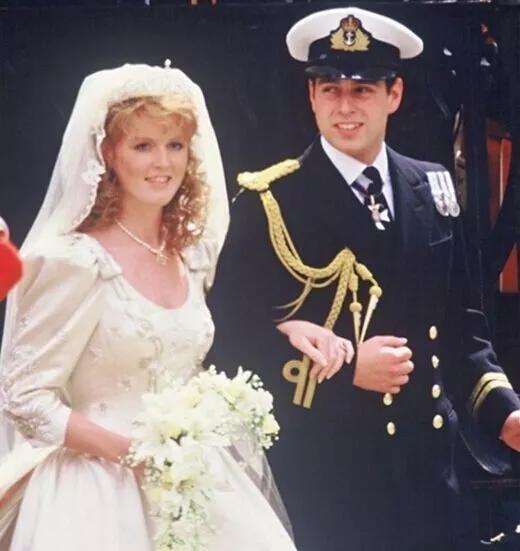 ▲安德鲁王子和弗格森女伯爵订婚的红宝石戒指   玫瑰金镶嵌 椭圆型切割 钻石镶嵌