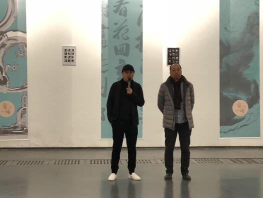展览开幕式现场 左:艺术家密博