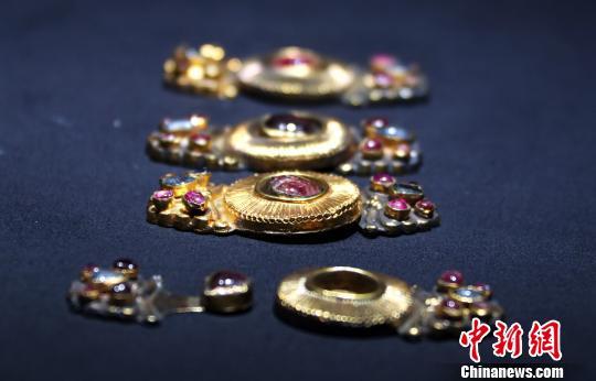 图为明万历十八年(1509年)的镶宝石恋蝶花鎏金银扣。 刘占昆 摄