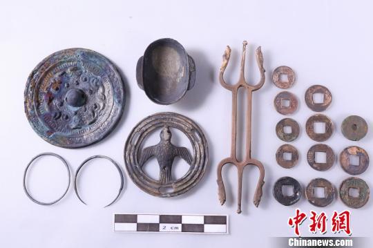 图为11号东汉古墓中出土的各类铜器。(江西省文物考古研究院 供图)