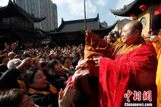 上海玉佛禅寺方丈觉醒大和尚为民众祈福。 张亨伟 摄
