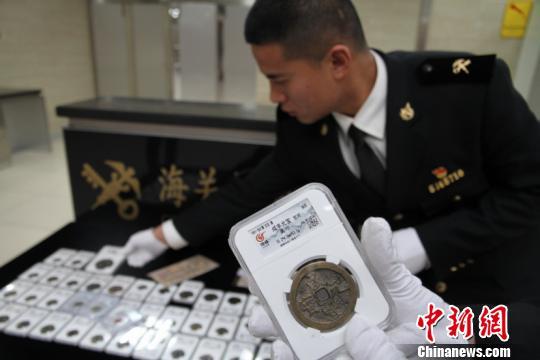 拱北海关下属的闸口海关此前从一台湾男子行李中查获了48件钱币、邮品 万学玲 摄