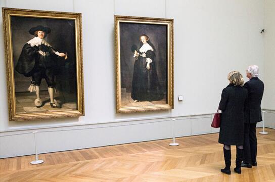 图为由名家伦勃朗在 1634 年绘制的布面油画杰作《马尔丹?苏勒曼肖像》(Portrait of Marten Soolmans) 细节,尺寸为 210 x 135 厘米。
