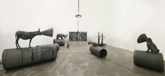 陆垒 《佯装自大狂》 2015 铝、莫尔斯码控制器、白炽灯、腐蚀铸铝雕塑表面、莫尔斯码控制白炽灯泡闪烁 尺寸可变