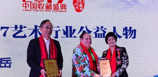 岳峰、杨东琼女士与颁奖嘉宾 Harvey Dzodin合影