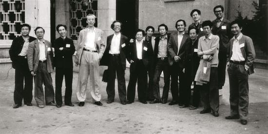 1985年;同中国美术家协会第四次代表大会代表在一起;由左往右顺序为杨松林、闻立鹏、靳尚谊、詹建俊、李秀实、朱乃正、张世椿、刘秉江、郑胜天、詹鸿昌、姚仲华、费正、王路、鮑加
