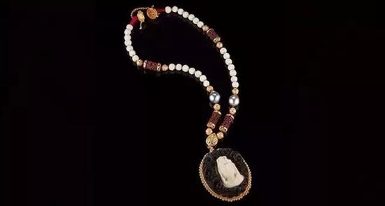 Bodhisattva of Compassion   象牙果种子、珍珠及木雕项链   22K黄金镶嵌