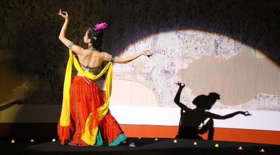 聋哑舞蹈演员卫东雯带来为展览创作的舞蹈《龟兹乐舞》