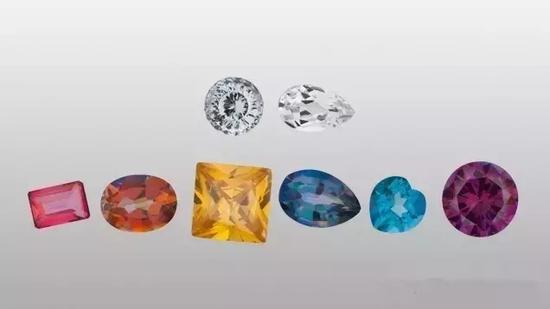 一些天然拓帕石是无色或浅黄色的(如顶部两幅图片所示)  但它们可涂上金属氧化物制作出各种金属颜色