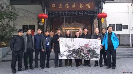 明孝陵博物馆馆长任青接受江苏省中国画学会捐赠作品