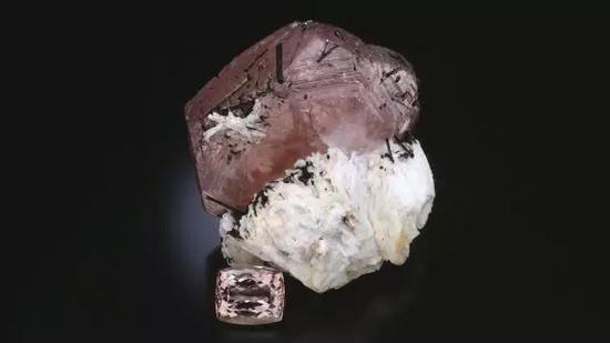 这个摩根石晶体来自巴西的Minas Gerais州,高达11厘米!旁边的刻面形摩根石是84.88克拉。