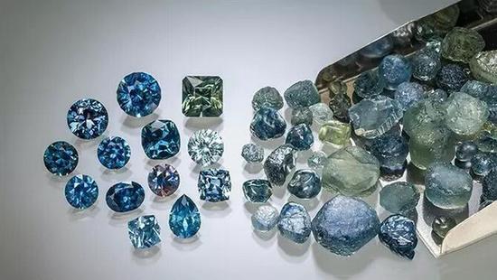 Rock Creek地区蓝宝石原石及晶体   多为蓝色和绿色   大部分蒙大拿州的蓝宝石都会有蓝绿色调   照片:Jeff Scovil