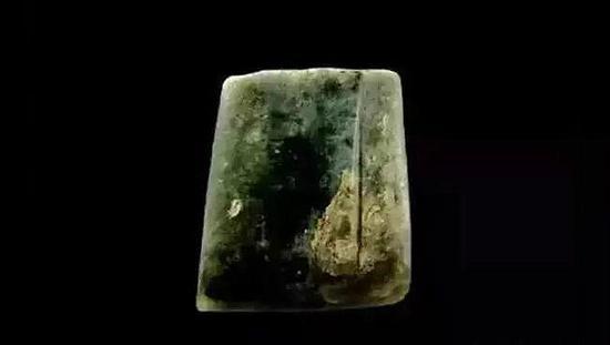玉锛-珠宝快爆   兴隆洼文化   残长3.3厘米、上宽2.4厘米、刃宽2.8厘米   现藏于内蒙古敖汉旗博物馆