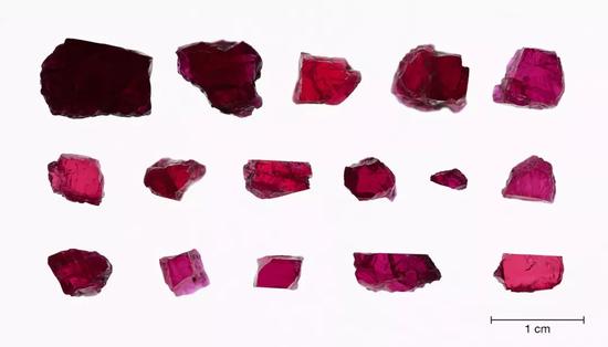 0.8克拉-7.1克拉的16颗红宝石原石晶体样本   坦桑比亚Longido产   照片:Sasithorn Engiwat