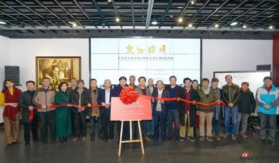 参展书画家与出席开幕式的嘉宾们共同为展览揭彩