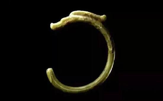 C形玉龙-珠宝快爆   红山文化   高25.5厘米、宽21.8厘米、   曲长60厘米、直径2.2~2.4厘米   现藏于故宫博物院