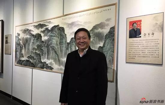 省美协常务副秘书长佘玉奇出席 图为佘玉奇在其作品前留影