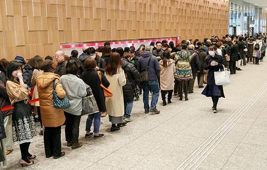 羽生结弦夺金纪念邮票发售,粉丝蜂拥而至排队。东方IC 图