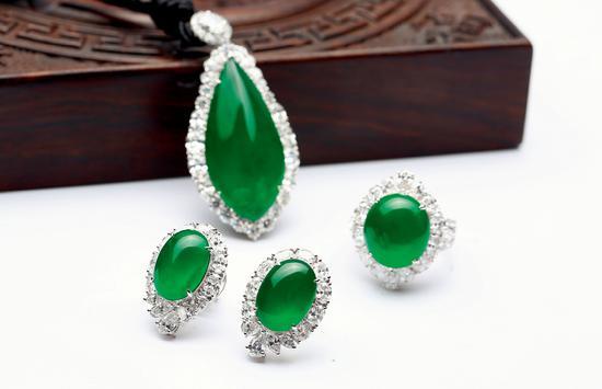 18K金镶钻翡翠吊坠,戒指,耳钉三件套,翡翠为高冰满绿戒面
