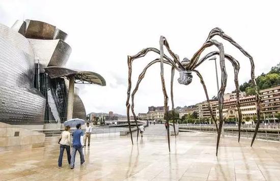 古根海姆美术馆广场上路易斯·布尔乔亚的作品《大蜘蛛》