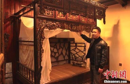 图为王智平向游客介绍展品。 张广权 摄