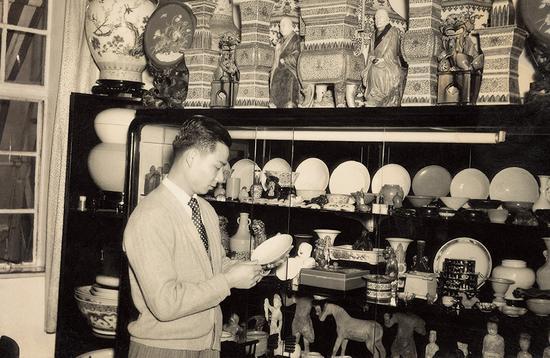 张宗宪在永元行坚道仓库,1960 年。