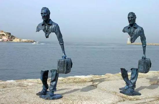 并不是把一件雕塑放在公共空间,如广场、公园、小区等地方,它就能成为一件公共雕塑。当下大量的波普化、媚俗化、装饰化的城雕,不但没有考虑观众的审美趣味,而且成为了充斥在公共空间中的视觉垃圾。城市雕塑不仅要体现公共空间的独立性,还要在审美与思想层面对既有的僵化的审美趣味与文化权力话语展开批判。