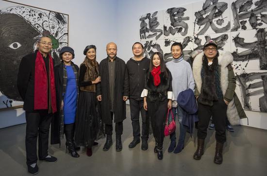 展览现场嘉宾与艺术家合影