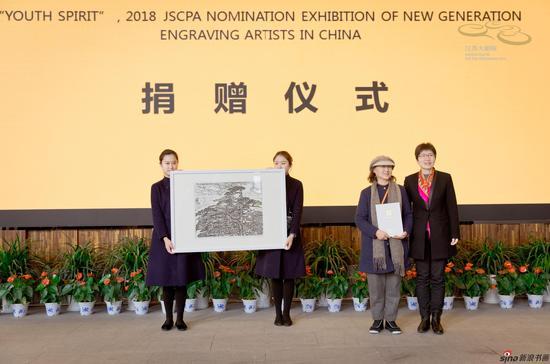 班苓女士为江苏大剧院美术馆捐赠的作品《黄山松》