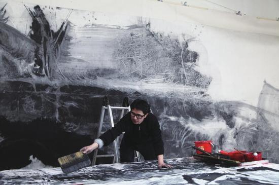 蓝正辉在工作室 2014 年