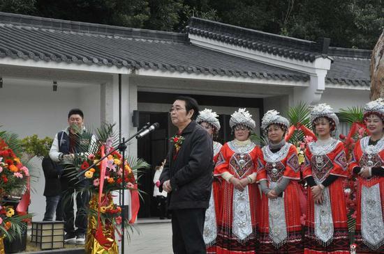中国美术家协会副主席黄格胜宣布画展开幕