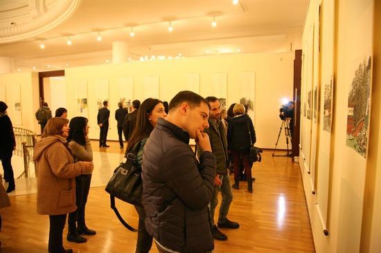 乌兹别克斯坦国家美术馆展览现观众在仔细欣赏参展作品