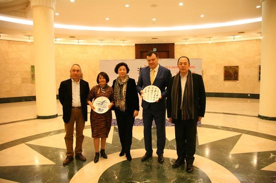 中方参展代表团向乌兹别克斯坦国家美术馆赠送艺术家瓷器作品