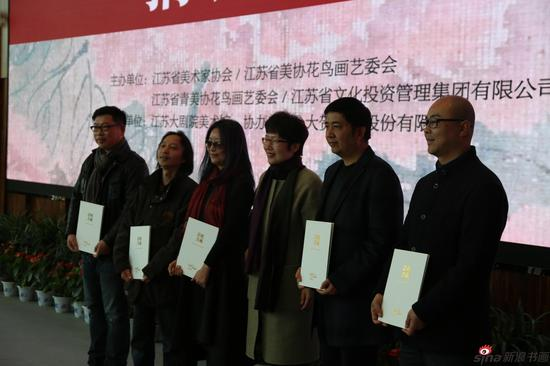 艺术家接受捐赠证书