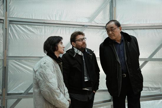 艺术家Jiri Prihoda(左二)和前中国国家博物馆常务副馆长周志强(右一)交谈