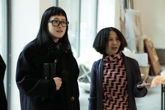 《青年视觉》CEO陈筱渔(左)和中捷当代美术馆馆长覃琨瑛(右)