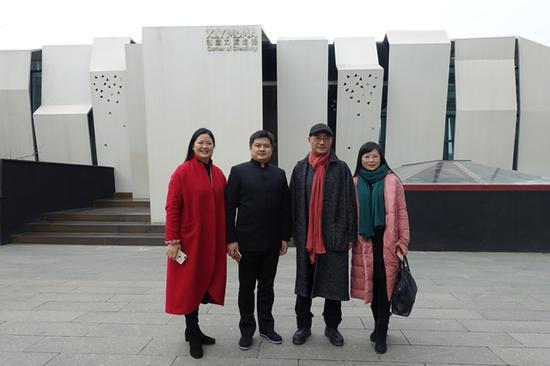 艺术家许燎源(右二)、许燎源现代设计艺术博物馆馆长张群英(左一)、四川新财印务有限公司总经理袁海忠(左二)合影留念