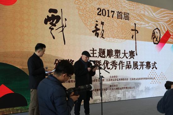 获奖雕塑家代表李烜峰开幕式发言