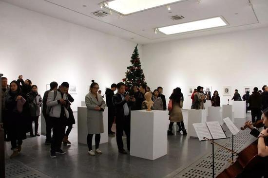 观众欣赏展品与大小提琴演奏
