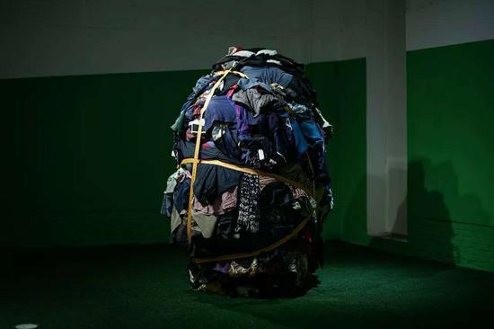 张翔 一千斤一家族的艺术 230×150×150cm 衣服、绑捆带、衣柜