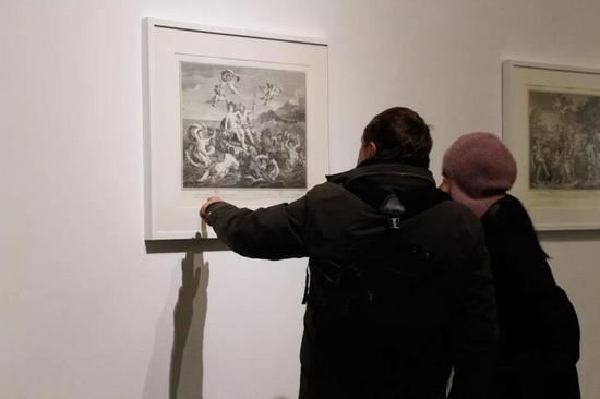观众近距离欣赏画作