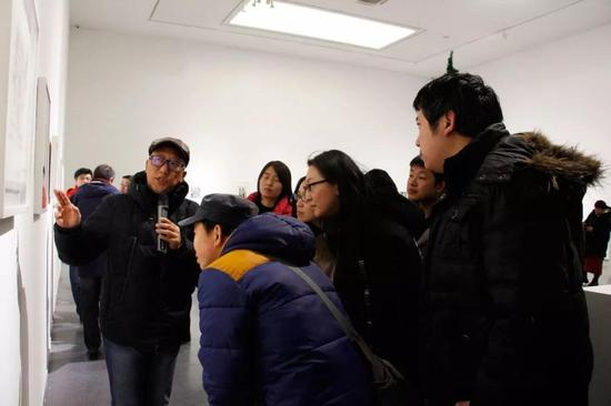 李楠教授为观众进行现场导览