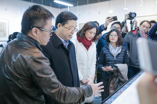 画家任重为北京语言大学各界领导们讲解绘画之精髓