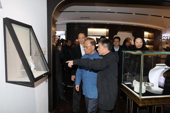十一届全国人大常委、十二届上海市人大常委会主任龚学平参观上海艺术馆---------